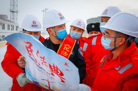 1月3日,新疆博州边境管理支队阿拉山口边境管理大队口岸边境派出所民警来到辖区企事业单位,为石油职工解读《民法典》。