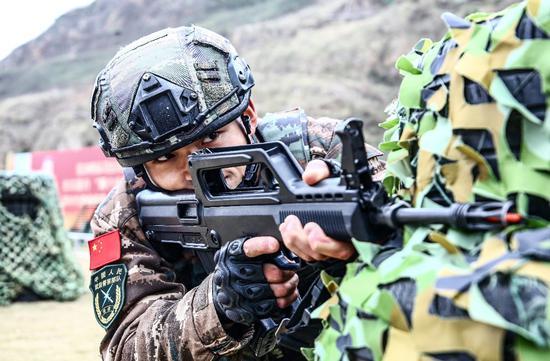 官兵正在进行战术训练。 张晓庆 摄