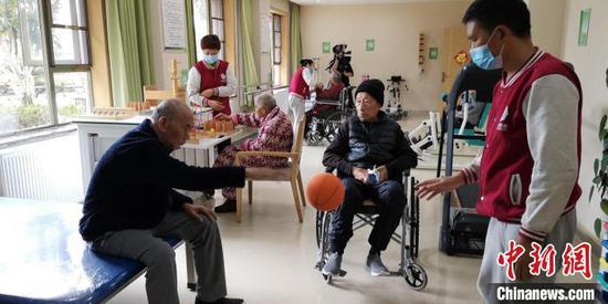 資料圖:護工正在和老年人進行康復訓練。 貴州省民政廳供圖