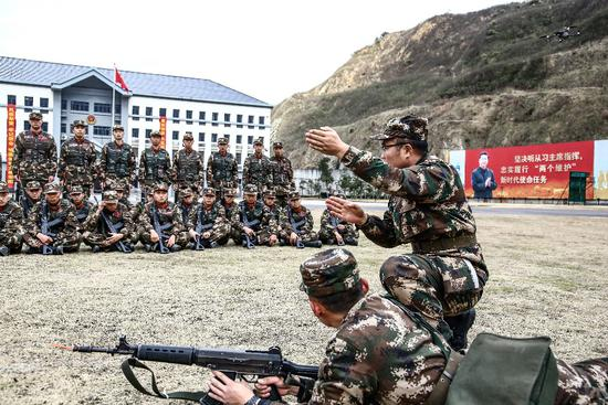 官兵正在开展射击教学。 张晓庆 摄