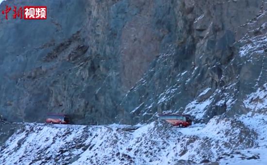 横跨昆仑山 新疆边城警车开道护送学生安全返家