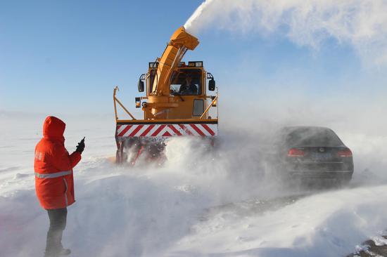 省道318线现风吹雪2人被困 塔城公路管理局紧急救援