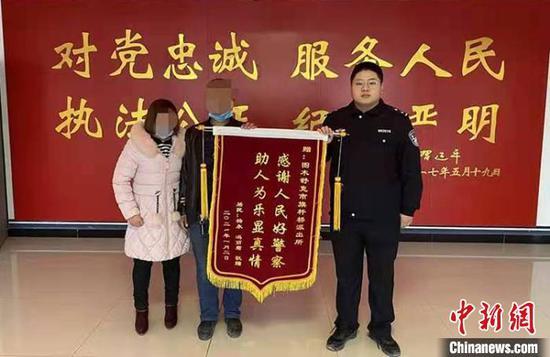 民警为居民追回损失,获赠锦旗。 张永奎 摄