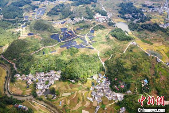资料图:俯瞰安龙县香车河村食用菌种植 香车河村委会供图
