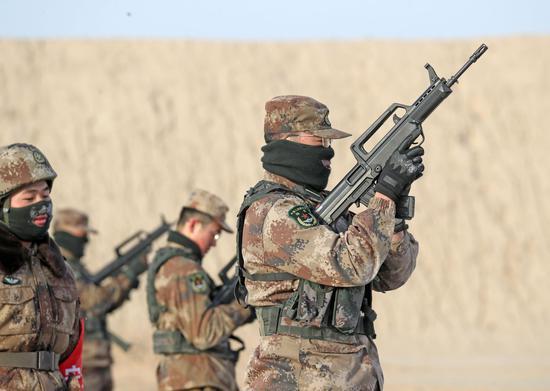 1月6日,严格验枪确保射击安全。