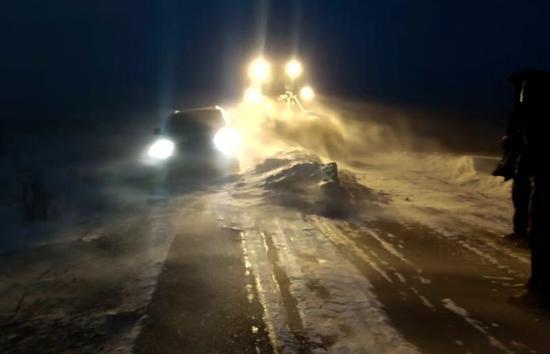 群众车辆被困 塔城新地边境派出所民警联系铲车开路迅速救援