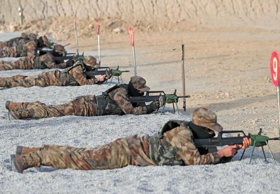 1月6日,女兵在实弹射击中。