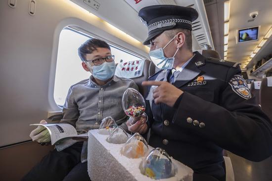 民警向大学生旅客讲解毒品的危害性。