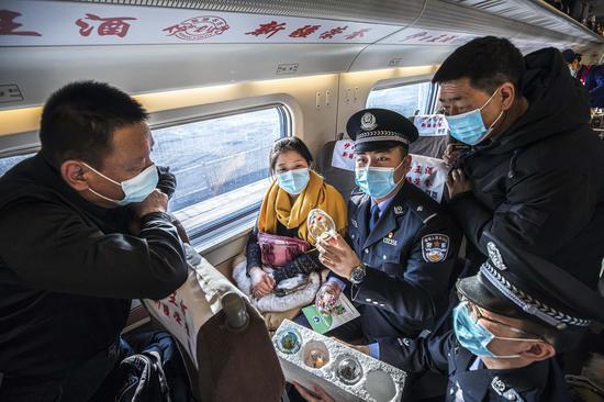 民警利用毒品样品向旅客讲解毒品的危害性。