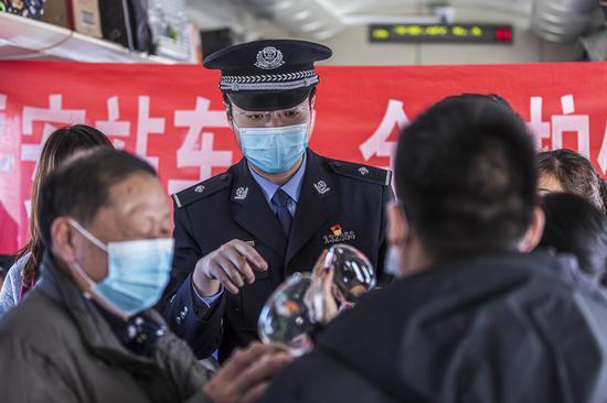 新疆铁警列车禁毒宣传不放松