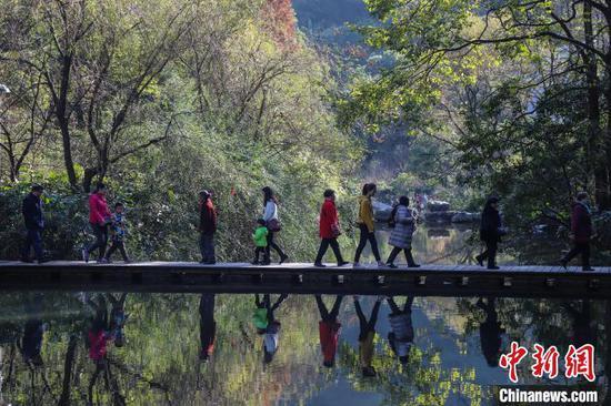 贵阳黔灵山公园。 瞿宏伦 摄
