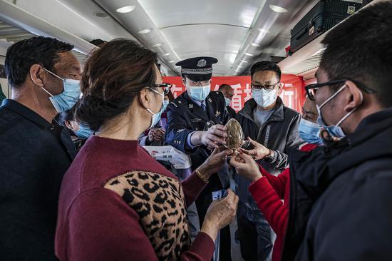民警在列车上向旅客讲解各类毒品的危害性。