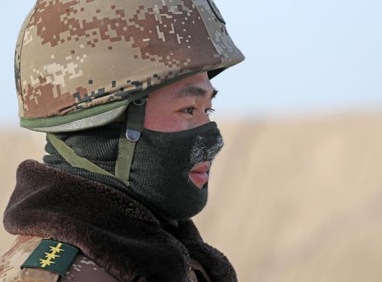 1月6日,寒冷的天气让官兵蒙上了一层层冰霜。