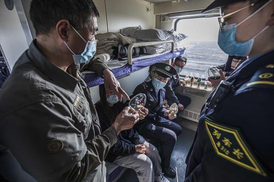 民警深入到各节车厢向放寒假的大学生及旅客讲解如何识别毒品及毒品的危害性。