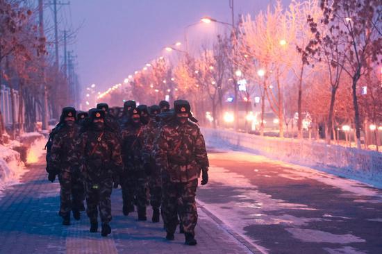 武警新疆某机动支队拉练途中 野战文化催生新的战斗力