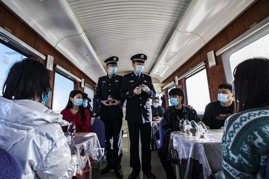 民警向放寒假的返疆大学生讲解各类毒品的式样及危害性。