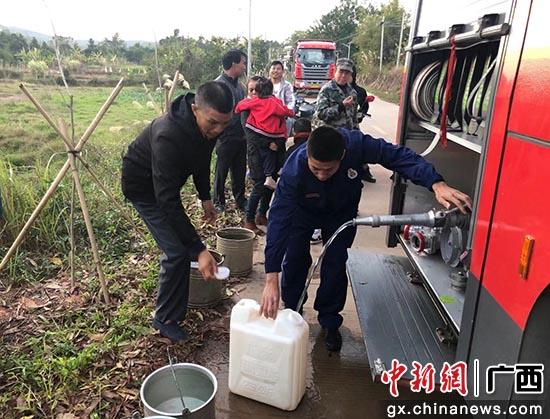 旱情致村民饮水难 东兴消防进村送水救急