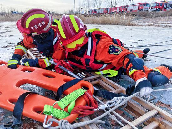 银川消防开展冬季冰面救援实战化训练