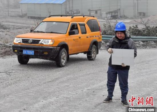 1月7日,贵阳供电局输电管理所驻点观冰员在开阳县双流镇用沙村巡线时用仪器测量覆冰数据。 乔啟明 摄