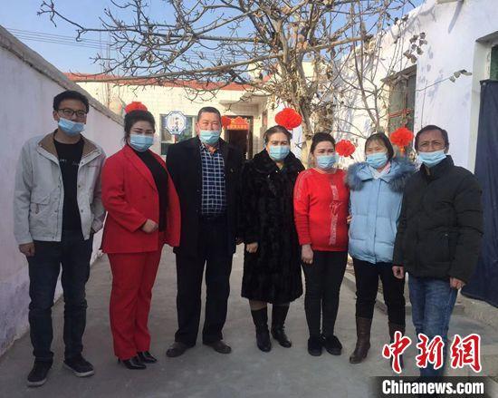 刘光明和哈斯木·萨吾提两家人合影。 陶拴科 摄