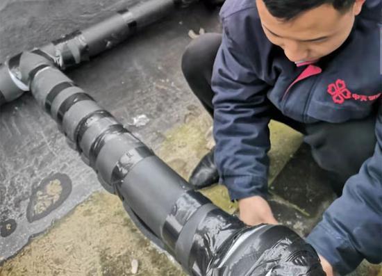 """物业工程人员对外露管道进行""""防冻处理"""""""