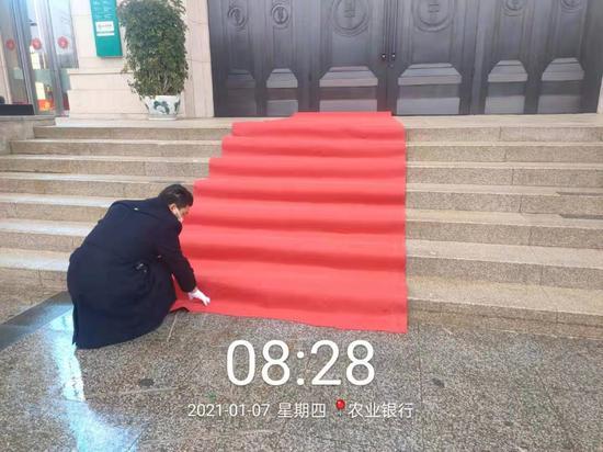 中天城投物业在各办公大楼前铺设防滑地毯。