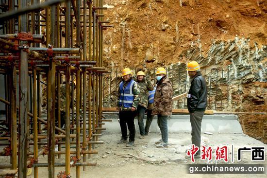 融安至从江高速工人坚守岗位 低温施工