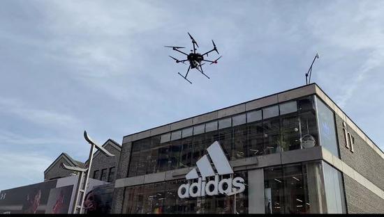 无人机在湖滨步行街巡逻。苏礼昊 摄
