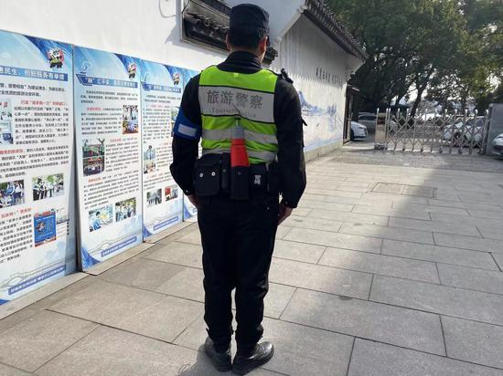 民警演示将遥控救生圈作为单警装备随身携带。苏礼昊 摄