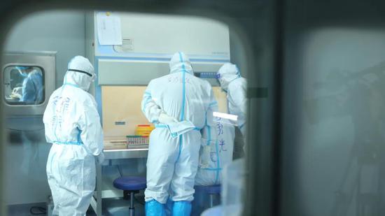 丽水核酸检测专家在新和做核酸检测。丽水援疆指挥部 供图