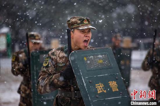 圖為武警貴州總隊機動支隊官兵開展警棍盾牌訓練?!钦苊?攝