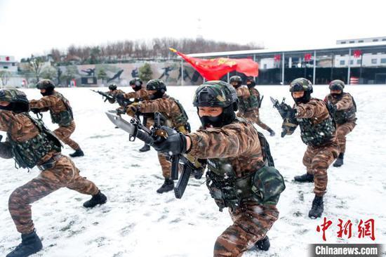 圖為武警貴陽支隊組織官兵在大雪中進行刺殺?!£P云豪 攝