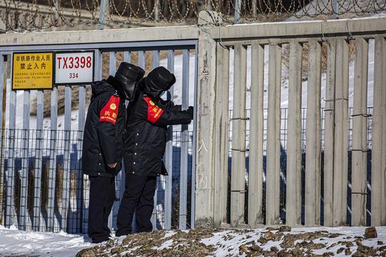 """民警在首个""""中国人民警察节""""当日对兰新高铁线路安全门进行检查。"""