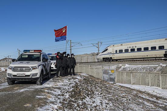 乌鲁木齐铁警展旗巡线保安全