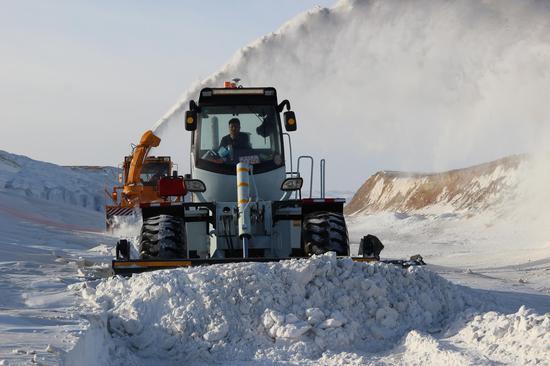 """积雪厚度达4米 新疆省道318线玛依塔斯至乌雪特乡路段""""公路人""""保畅通"""