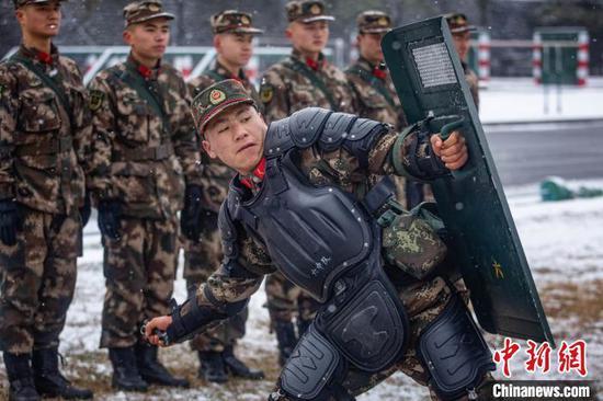 圖為武警貴州總隊機動支隊官兵開展手榴彈投擲訓練?!w王彬 攝