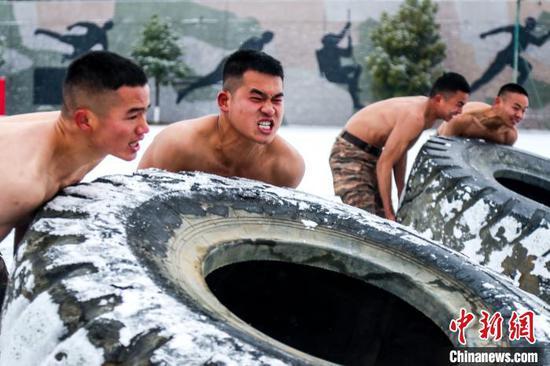 圖為武警貴陽支隊官兵在風雪中進行熱身?!∈Y林岫 攝