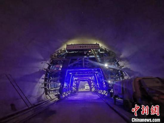兰州至新疆第二高铁通道兰张三四线首座隧道贯通