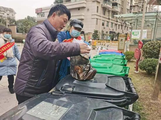 垃圾分类督导员监督、指导居民垃圾分类 温岭供图