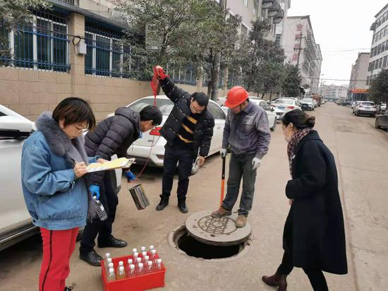 生态环境执法人员现场检查。 金华市生态环境局东阳分局供图