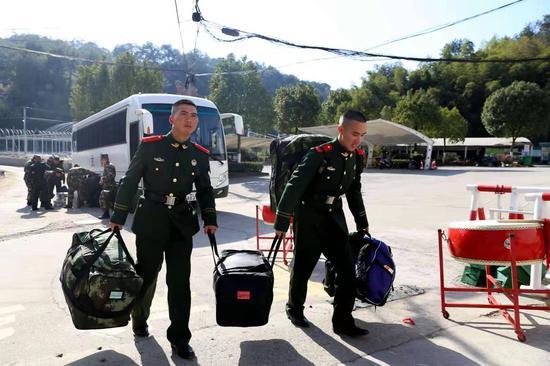 新战友互相帮忙搬行李。 刘治乾 摄