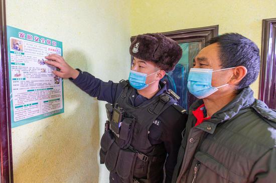 博州边境管理支队庆达拉边境派出所民警通过在辖区群众家中张贴家庭安全提示来提醒煤炉采暖住户注意安全。