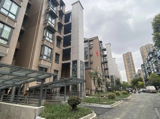 滨江冠山小区加装电梯。 滨江住建局 供图