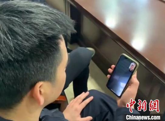 任某洲与父亲视频通话 余顺广 摄