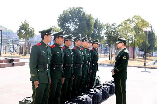 武警丽水支队基层中队主官问候新战友。 刘治乾 摄