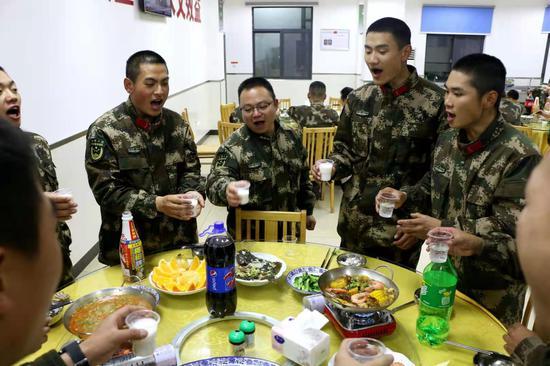 武警丽水支队基层中队在新战友到来后组织集体聚餐。 刘治乾 摄