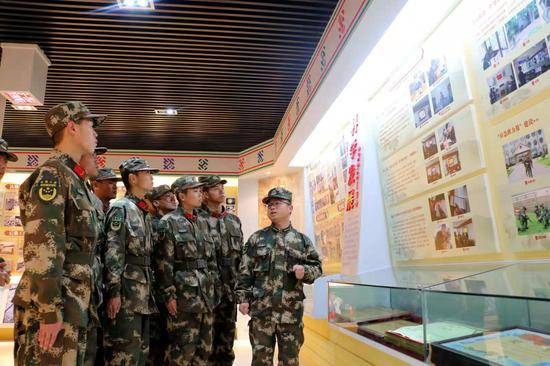 武警丽水支队基层中队向新战友介绍队史。 刘治乾 摄
