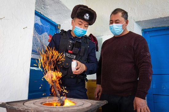 新疆博州:采暖安全走访入户 确保群众平安过冬