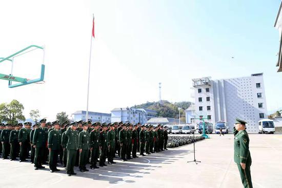 武警丽水支队召开2020年新兵分配仪式。  刘治乾 摄