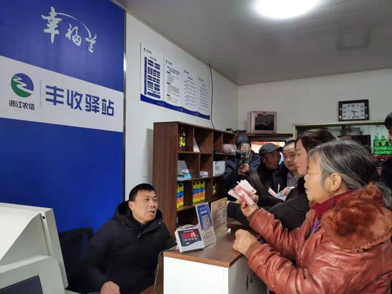 一位村民在办理现金存取业务。胡亦心摄